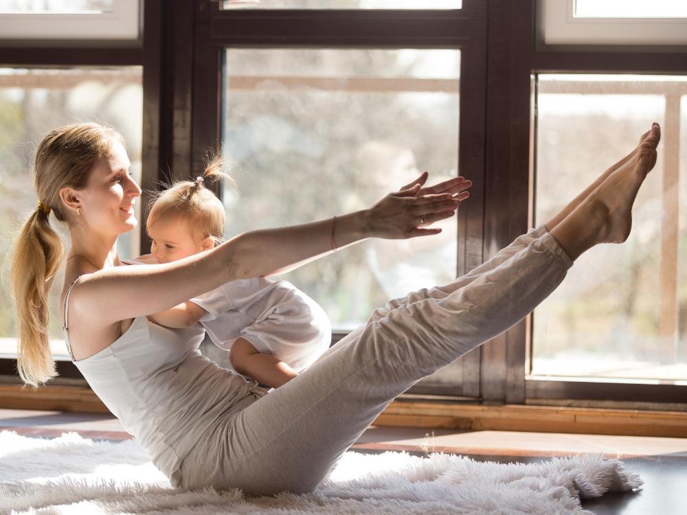 come rimettersi in forma dopo il parto mamma e bambina yoga